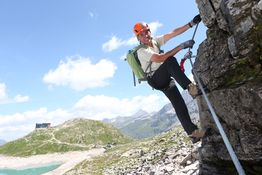 Alpinist Peter Habeler in Action am Kronprinz Rudolf--‐Klettersteig.